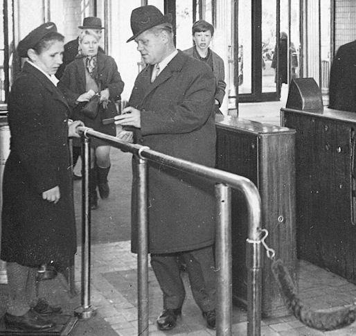 История проезда в Киевском метро: От билетиков до банковских карт